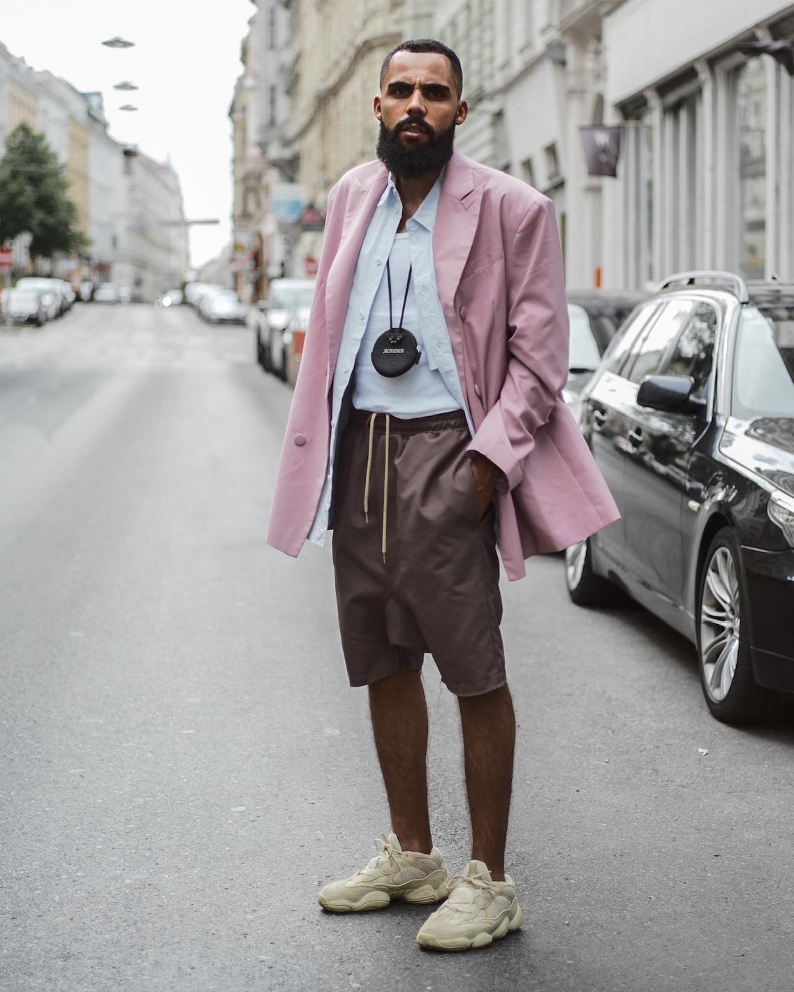Pastellfarben Modetrend: Street Style Shot von Jean-Claude Mpassy