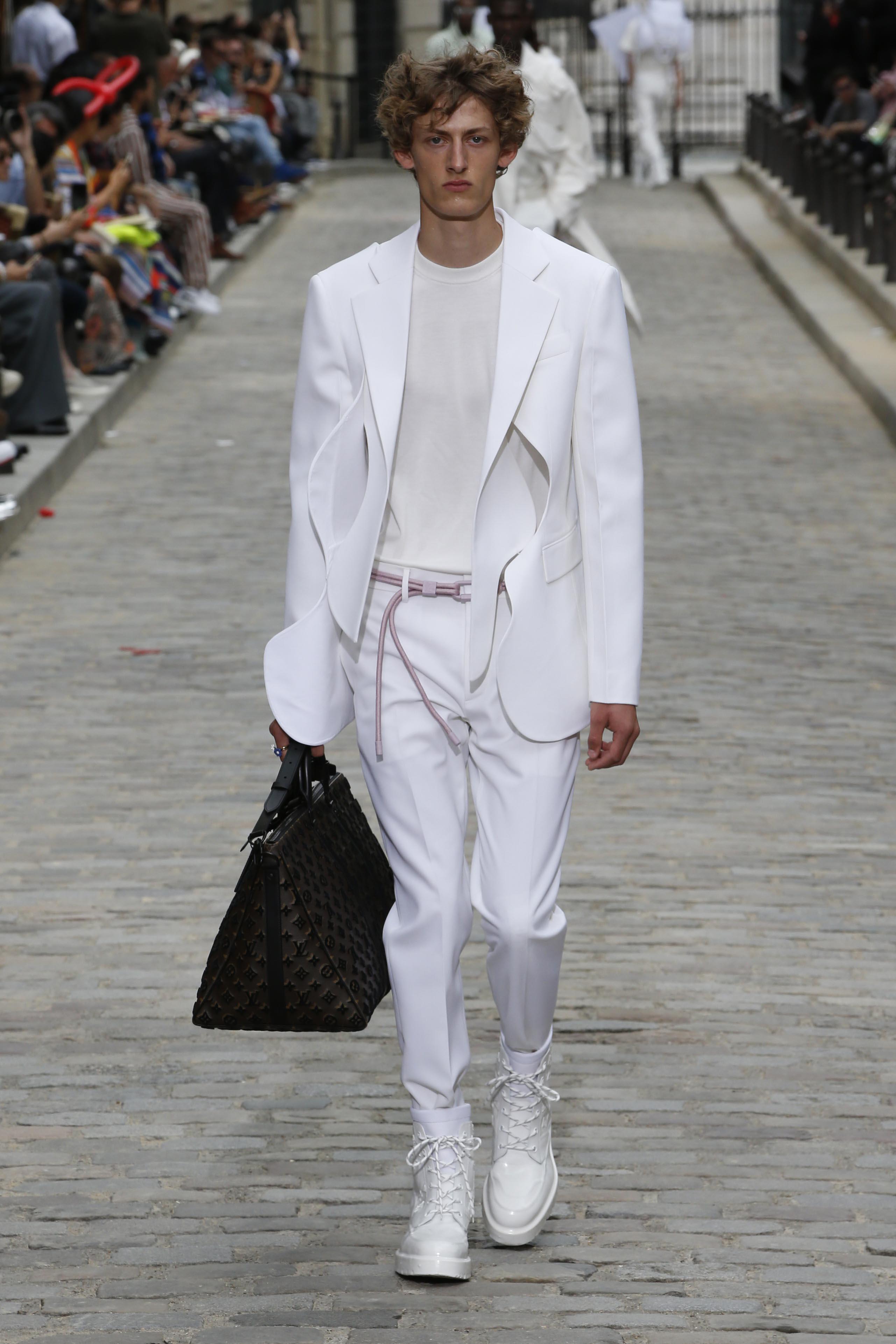 Wie man weiße Anzüge richtig kombiniert: Louis Vuitton SS20